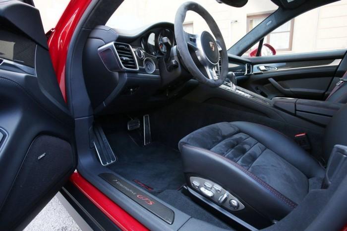 Motoros-memóriás luxusfotel kiváló oldaltartással a Panamera GTS-ben