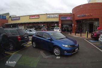 Így parkol az autós, aki búcsúban lőtte a jogsiját