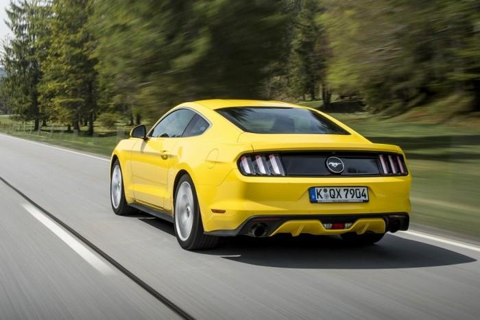 Három-három csíklámpa, akár az első Mustangon. A hátsó diffúzor inkább csak a szemnek szól, a nagy sebességű stabilitással még sincs gond