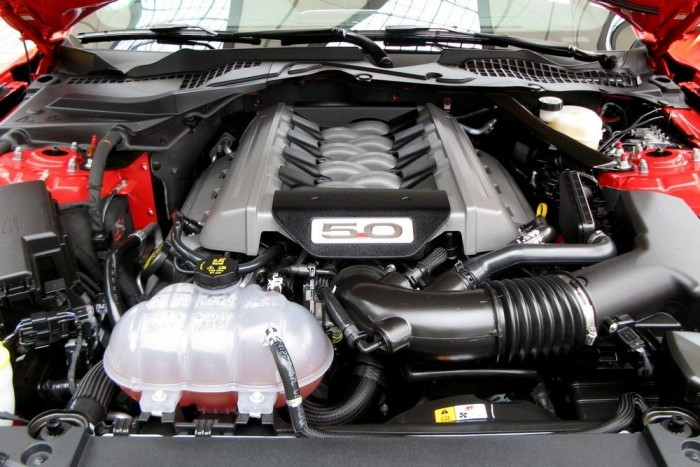Íme, a hosszában álló, felülvezérelt, szívócső befecskendezéses, ötliteres V8-as. Legnagyobb teljesítménye 421 lóerő