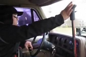 Tízsebességes kamionváltót raktak egy furgonba, a látvány agyfacsaró