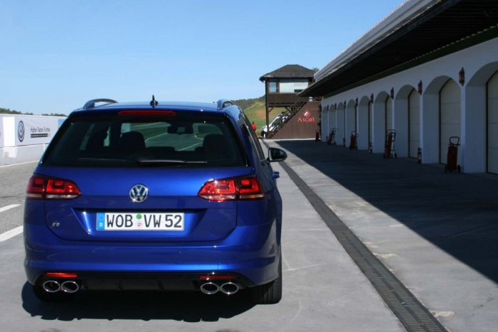Dél-Spanyolországban, az Ascari versenypályán vezettük az autót. A fék még itt sem fogyott el, a kíméletlen tempójú körök ellenére