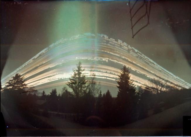 Sörös dobozból épített lyukkamera, 4 hónaposzáridóval. A világos csíkokat a Nap égette a képre.