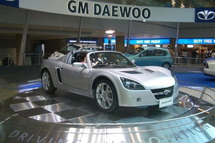 Daewoo Speedster. Emblémacsereberében a GM konszern mindig is nagy spíler volt. Sajnos épp ez az igen merész húzás nem valósult meg, így az Opel Speedsterből átmatricázott Daewoo Speedster egyedi példány maradt. A koreai emblémás roadster a gyár reptéri autószalonját ékesítette Szöulban