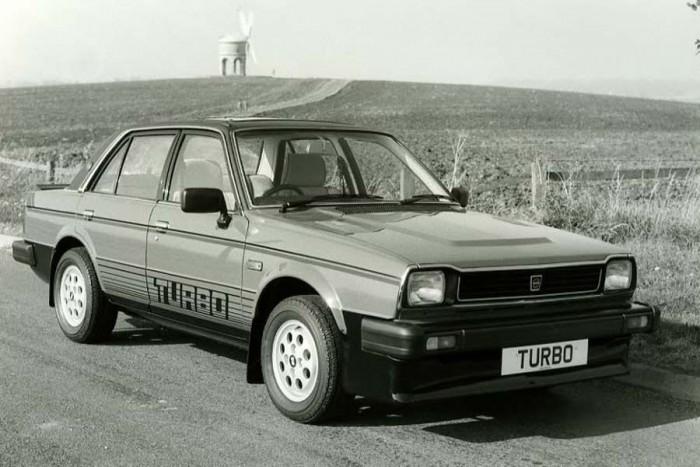 Triumph Avon Acclaim Turbo. Cserébe jöjjön egy Honda, amiből viszont Triumph lett. Meglrtjük, ha valaki csak alsóneműként hallott róla, de egykoron motor- és autógyárként is dicső volt, főleg roadsterekben alkottak nagyot rendszeresen. A Triumph Avon Acclaim Turbo a korabeli Ballade-ból készült, amely egy luxuskivitelű Civicnek tekinthető. Az 1979-ben bemutatott autó azért is érdekes, mert az első turbófeltöltéses motorú utcai Hondák közé tartozik. Csak azért nem merek elsőt írni, mert a japán belpiac bugyrait, benne az esetleg turbós kei autókkal sajnos nem ismerem