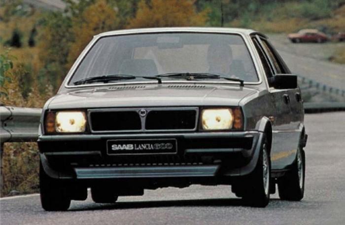 Saab-Lancia 600. Amikor a Saab csak kicsit állt jobban, mint csődje előtt, jó ötletnek tűnt átvenni az 1980-as Év Autójának választott Lancia Deltát, Saab-Lancia 600 néven. Akkoriban körvonalazódott a fejlesztési együttműködés a Saab 9000 és olasz rokonai, az Alfa 164, a FIAT Croma és a Lancia Thema között, ami a csereszabatos első ajtókban és a hasonló C-oszlopban is megnyilvánult. Szegény Deltának a Lancia kimúlása előtt azt is meg kellett érnie, hogy a jobbkormányos piacokon Chrysler Delta néven tengesse sorát