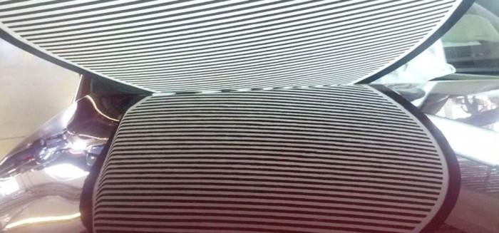 Na, mit lát a képen? A fenti csíkok motorháztetőn lévő tükörképe mutatja a jégeső verte lemez fényezés nélküli javításának pontosságát (Forrás: Jégszaki Kft.)