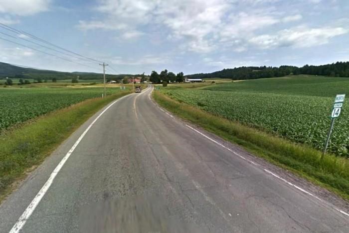 Oké, hogy nem autópályán tepertek, hanem a kukoricaföldek között, de attól ez még nem helyes.