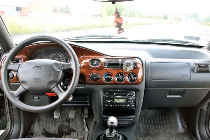 Efféle fabetétnek álcázott műanyaggal csak a Ghia kivitelű Escortokat csufította el a Ford