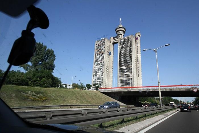 Zepter ház Belgrádban. Mintha LEGO-ból építette volna egy hétéves, de elfogyott volna az építőelem