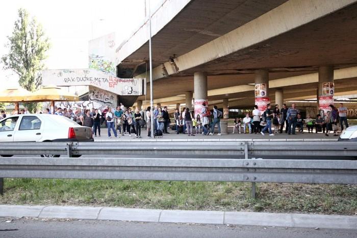 Buszra várnak Belgrádban. Sokan vannak.