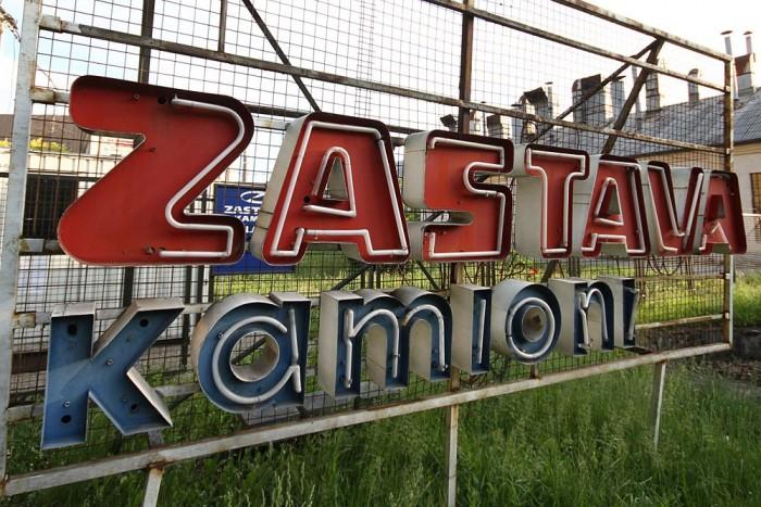 Hiányos neonbélés a Zastava feliratban