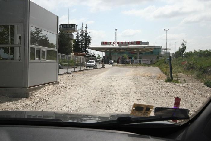 Egyelőre murvás, hitvány út vezet Törökországba. A határőrök elszórakoztattak minket