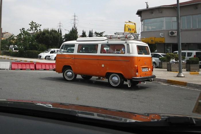 Öreg VW busz a matricaboltnál