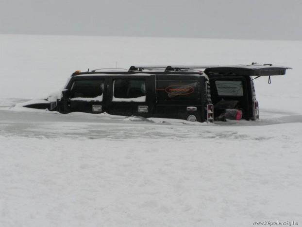 Igen, a hihetetlen körülmények közt elakadt luxusautók csúcsát mi adtuk a világnak. Nem egy, hanem rögtön kettő, a Balaton jegébe szakadt Hummerrel. A parttól 30 méterre 10-15 centiméteres jég szakadt be a két terepjáró alatt, s a járművek 80-100 centiméteres vízbe merültek, és pár nap erejéig az egész Internet rajtuk röhögött.