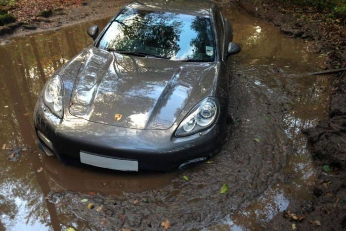 Ha elakadt luxusautókra keresünk rá, a legtöbb képet erről a Porsche Panameráról találjuk majd. Tulajdonosa ismert angol sportoló Andre Wisdom focista, aki rejtélyes körülmények között hagyta sárban drága verdáját. Arra járó kerékpárosok találtak rá, és máig ködös, miért hajtott be a susnyásba. Az autót egy Jeep mentette ki, és mivel nem nyelt vizet a motor, nem ázott be komolyan, így saját kerekein gurulva hagyta el a helyszínt.