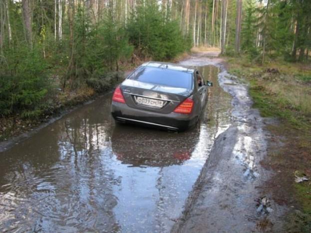 Erről a képsorozatról csak annyit tudunk, hogy a Mercedes S600 sofőrje megpróbálta legyőzni az erdőt, de az erdő nyert.