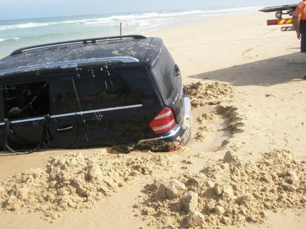 Újabb Mercedes, ezúttal a világ másik szegletéből. A GL 320 CDI 4Matic azért elboldogul terepen, de laza homokra, pláne tengerpartra kormányozni több mint buta ötlet.