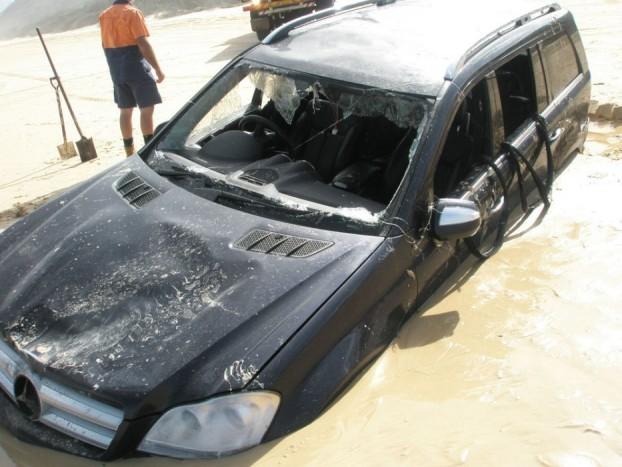 Az eset az Ausztráliához tartozó Fraser-szigeten történt, ahol nem egy autó jutott már hasonló sorsra.