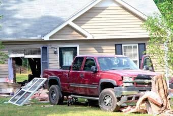 Autóval rombolta le a saját házát, csak úgy