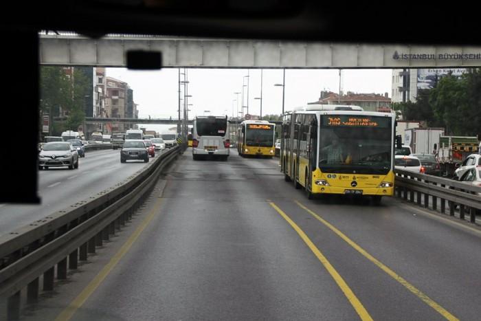 Baloldali közlekedés a metróbusz pályáján. Így a mezei buszokkal is meg tudják oldani a középső peronos utascserét