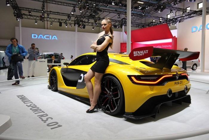 Üdítő kivétel a Renault standon. Nyomokban vidámságot tartalmazó hosztesz