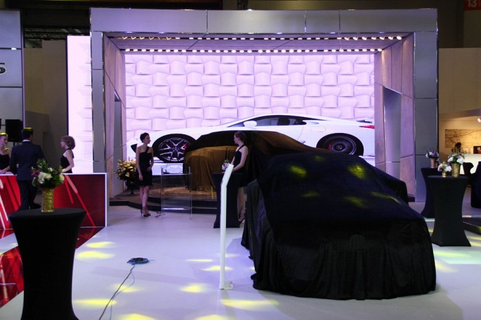 Fura, ovális kerekek a Lexus alatt