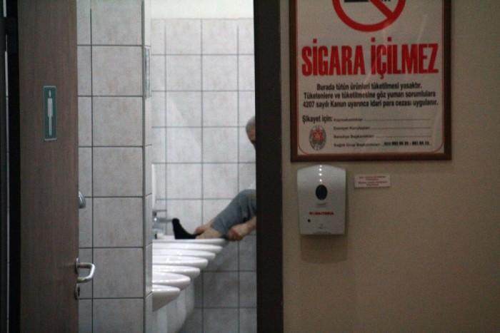 A bácsi épp végzett a lábmosással. A mosdóban. Végülis a wc-be csak nem dughatja be a lábát
