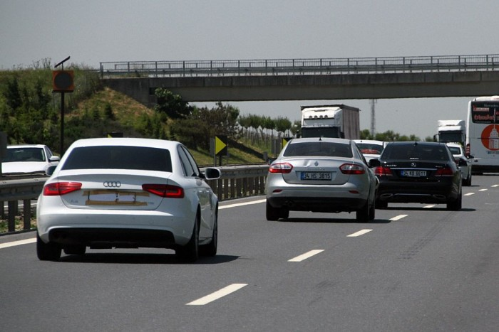 Szirénázó, gyorsan hajtó autók kis csoportja. A török forgalomban magasról letojják őket.