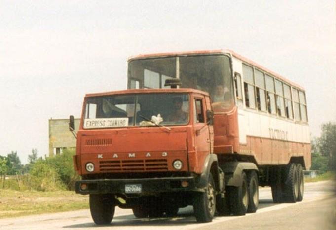 Nem photoshop: Kamaz húz egy Ikarus 260-asból épített pótkocsit