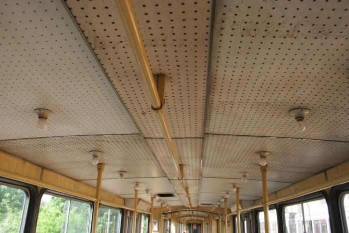 Nézzünk a plafonra, és máris egyértelmű, hogy a '60-as, '70-es évek fordulójáról származik a villamos: lyukacsos farostlemez a borítás, és villanykörték lógnak lefelé