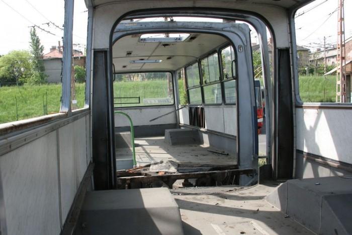 Jóformán csak a néhány karcos üveg maradt a végső, immár hulladéktelepen végzett szétbontás előtt a buszban