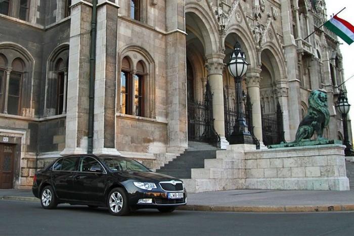 Államtitkári Superb a Parlament VIII-as kapujánál