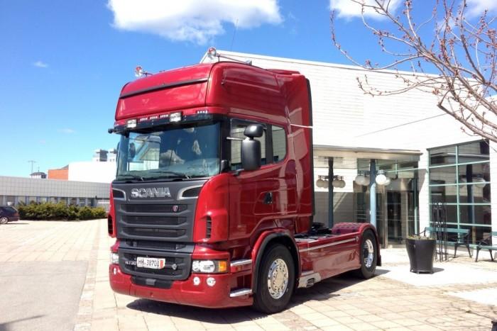 A Scania nyergesvontatókat már messziről meg lehet ismerni jellegzetes hűtőmaszkjukról