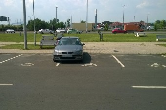 Szőke hölgy szállítja a nap parkolását - M3-as pihenő