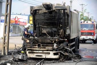 A nap képe - kiégett egy kukásautó az Üllői úton