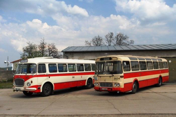 Bal oldalt a Skoda RTO 706-os modell, jobb oldalt pedig a már Karosa márkanéven futó SM 11-es látható a brnói technikai múzeum területén. Fotó: Wikipedia