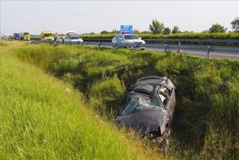 Fotók az M5-ösön történt szörnyű balesetről