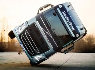 Két kerékre vágtak egy Volvo nyergesvontatót