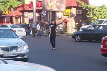 Ilyen nincs: forgalomirányító rendőrnek állt egy gyalogos