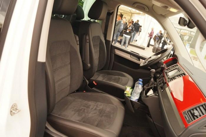 Kényelmesek a velúrhatású ülések, a vezetőülés mindkét oldalán van lehajtható karfa