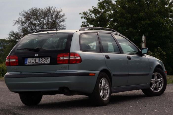 1997-ben az S40 érte el elsőként az Euro NCAP akkori legjobb minősítését, a négy csillagot. 2000 nyarától függönylégzsák is volt hozzá, az első ülések kiegészültek az ostorcsapás-nyaksérüléstől óvó rendszerrel