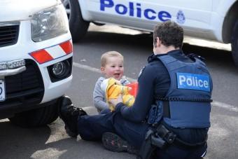 A rendőr, a plüssmaci és a kocsiban rekedt anya kisfia