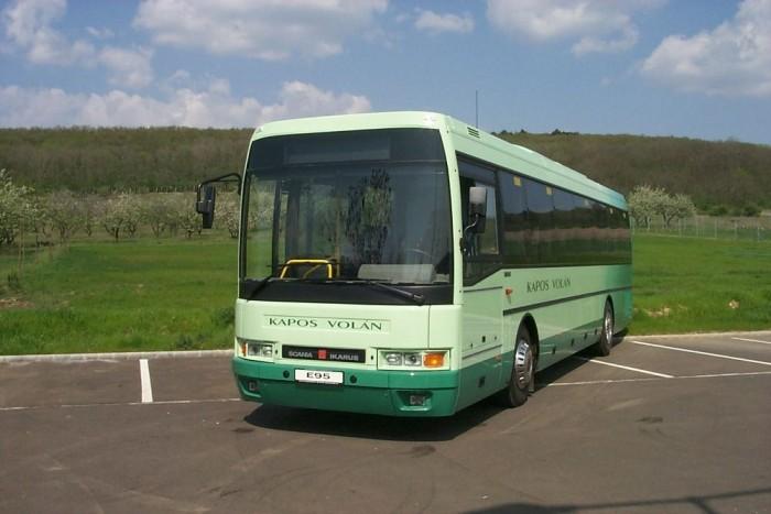 A Kapos Volán E95-ös autóbusza. Az 1992-ben bemutatott típus rendkívül népszerű volt a hazai volánok körében, mivel ideális városközi autóbusz volt, emellett magas komfortot kínált az utasoknak.