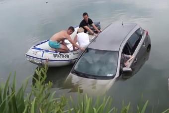Tinik mentették meg a süllyedő autó utasait