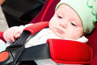 Négy hónapos csecsemő zárta ki apját a kocsiból
