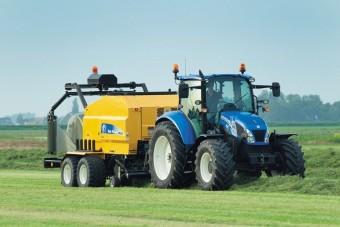 Biometánnal hajtott traktort tesztelnek