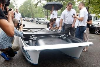 Bemutatták a kecskeméti napelemes autót