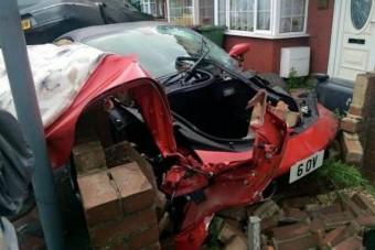 Ferrarit bérelt az esküvőre, rommá törte