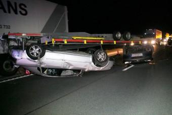 Borult a tréler, flippereztek az autók az M5-ösön